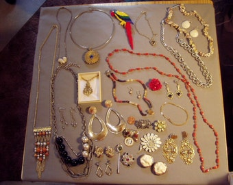 Vintage Lot 28 Pcs Costume Jewelry Necklaces Earrings Bracelets Pins Rhinestones Daisy Pin 8485