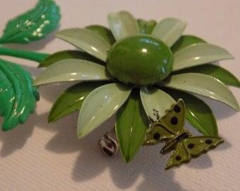 Vintage brooch,hippie, flower power , olive green daisy flower brooch with butterfly, 1960s brooch, retro brooch, vintage jewelry, jewellery