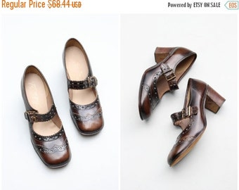 SALE / vintage 60s wing tip mary janes - brown mary jane heels / Italian leather shoes - 1960s mod heels / mod dolly buckle shoes - fits lad