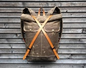 Backpack in waxed canvas with leather closing and padded shoulder straps