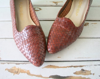 1980s Vintage FLORSHEIM Heels..size 7 womens...hippie. urban. leather. retro. aztec. indie. designer. oxfords. loafers. wedges. woven