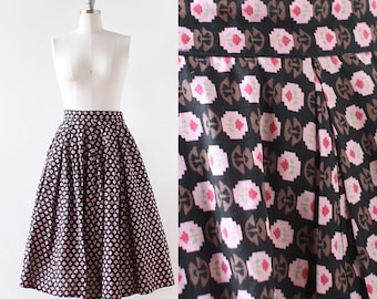 1950s Novelty Print Skirt / Cotton High Waisted Skirt / 1950s Cotton skirt / Pleated Full Skirt / Black Pink Floral / XS Small