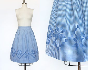1950s Embroidered Gingham Skirt / 1950s Cotton Skirt / High Waisted Cotton Skirt / Pleated Skirt /  Blue White / Medium Large 30 Waist