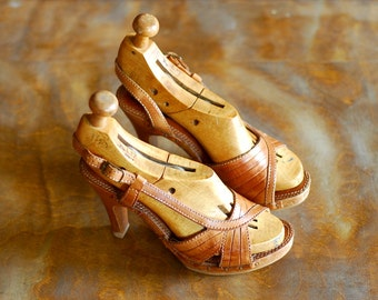 vintage 1970s shoes / 70s brown leather and wood platform sandals / size 5.5