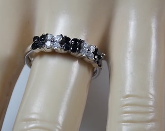 Black and White Diamond Ring .40Ctw White Gold 14K 2.5gm Size 7 Flower Design