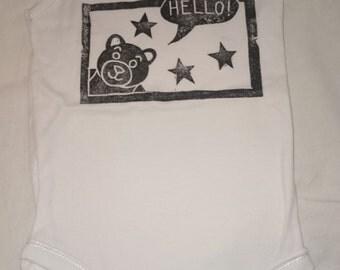 Romper / bodysuit with bearprint 'hello'