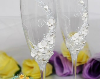 White Wedding champagne glasses-Gentle Wedding toasting flutes-Destination wedding idea-Wedding favor-Wedding gift-Floral Toasting glasses