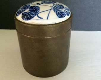 Trinket Snuff Tobacco Box Blue and White Brass Round Inlaid Lidded Porcelain Top Table-top Flow blue