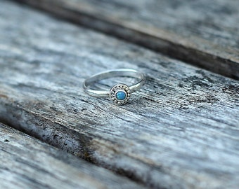 Opal ring - round