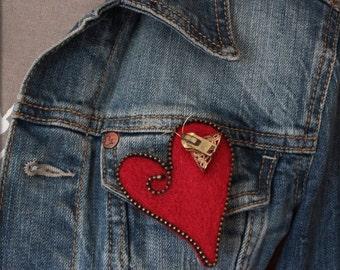 """Broche en laine feutrée """"cœur avec un papillon"""""""