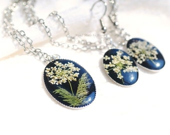 set earrings and pendant from the resin and dried flowers