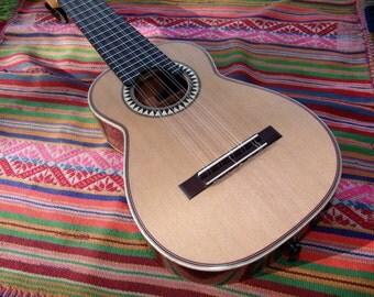 Charango de Concierto F. Tarazona de Nogal (Walnut) Peruano con Cedro (Cedar) Canadiense with Case