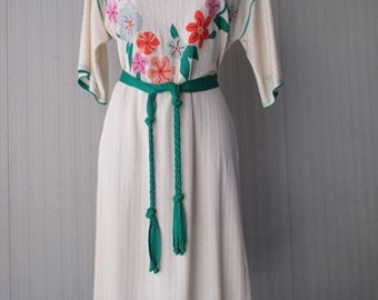Vestito anni 80 color avorio con ricami/Oversize 80s dress/Ivory coloured/ Flowery embroidery on chest/Round collar with bow/Green belt/