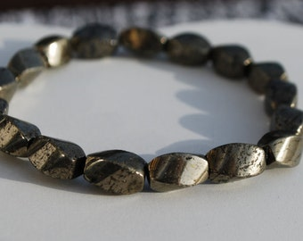 Pyrite bracelet made with natural beads in twisted shape. Layered bracelet. Stacking bracelet. Boho bracelet