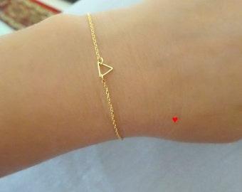 Tiny Gold Triangle Bracelet, Dainty Gold Triangle Bracelet, 14k gold fill chain, Layering Bracelet, Tiny Triangle  Bracelet