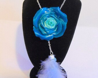 Long necklace with blue rose and feathers