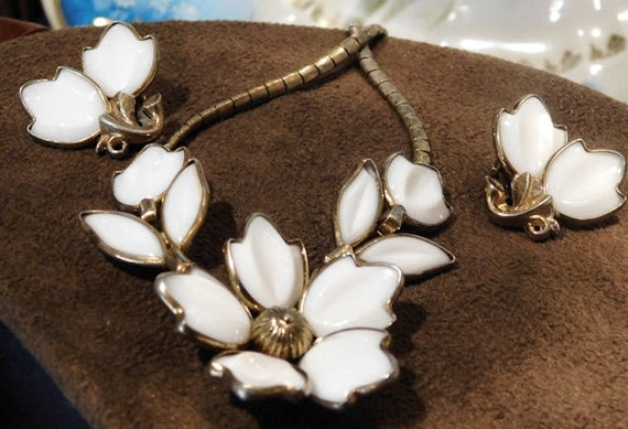 Crown TRIFARI Designer Alfred PHILIPPE Mid Century Fashion Jewelry Designer Poured Milk Glass Necklace Earrings Demi Parure Jewelry Wedding