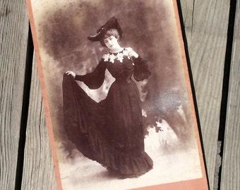 """RESERVE J Photo noir et blanc Reutlinger """"Le mannequin d'osier"""" mars 1904 vintage"""