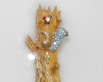 En Tremblant Squirrel Brooch. Trembler Squirrel in Tree Pin.