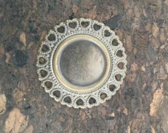 9 médaillons en laiton avec forme de coeurs en découpes / 9 brass medallions with heart cutouts
