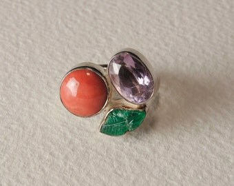 Emerald, coral, amethyst and silver ring 925%