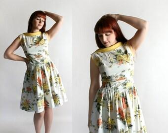 Vintage 1950s Dress - Novelty Print Bee and Flower Daisies Bouquet Yellow & Orange Cotton Day Dress - Medium