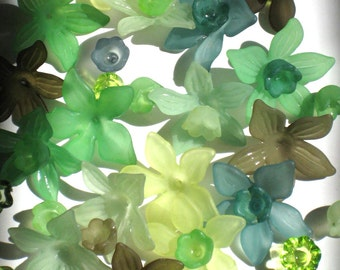 Acrylic Flower Beads 12 Daffodil Flower Beads Green Mix and Match