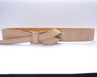 Nude buckle-less leather belt  by Muse