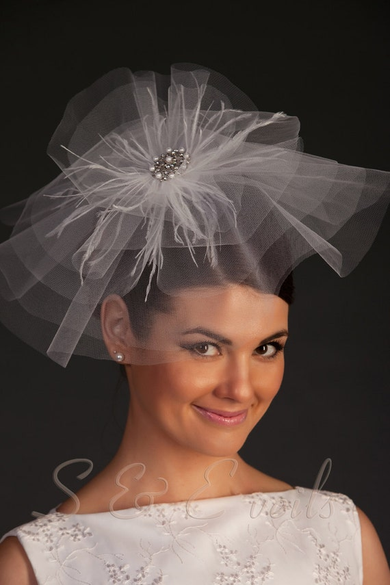 Bridal head accessories with brooch and feathers