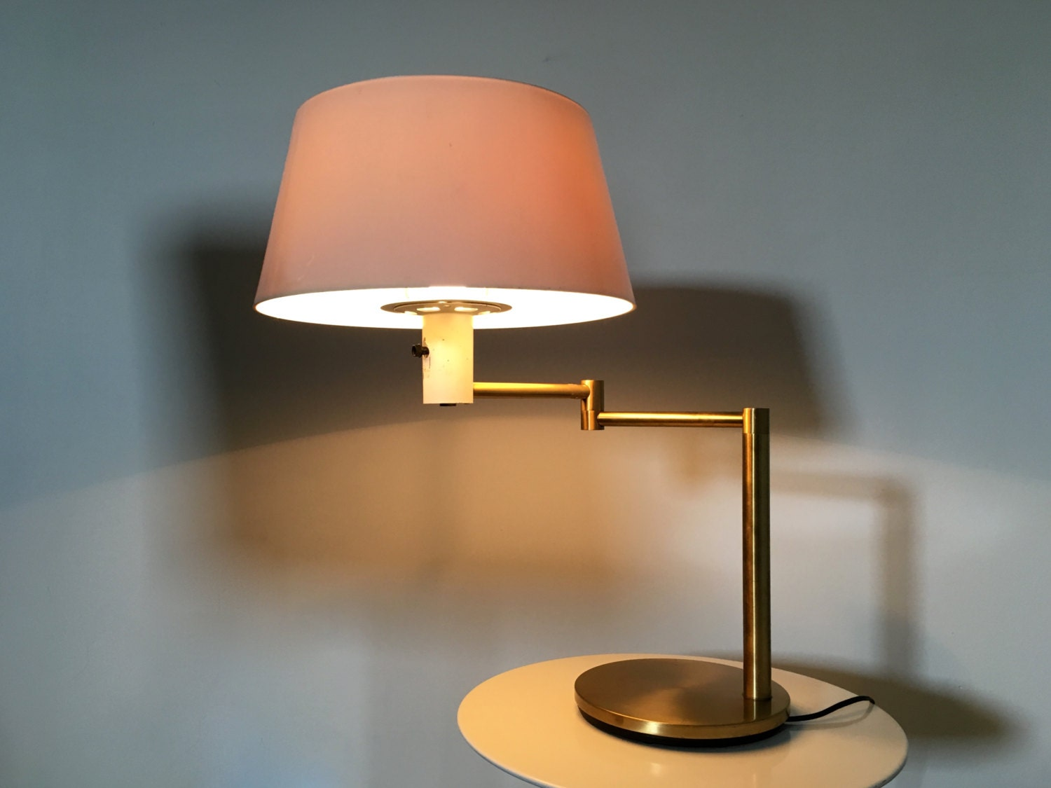 rare vintage gerald thurston for lightolier mid century modern brass swing arm table desk lamp. Black Bedroom Furniture Sets. Home Design Ideas