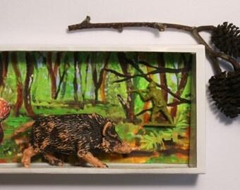 """Art box,matchbox:petit diorama réalisé dans une boîte d'allumette.Assemblage.""""Le sanglier"""".Forêt.Petit cadeau décoration art."""