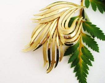 Vintage Crown TRIFARI Modernist Pin Leaf Brooch Gold Tone, Gold Leaf Pin Trifari, Mid Century Modern Brooch Trifari, Estate Jewelry