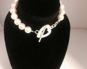 Cream shell pearl bracelet with heart clasp