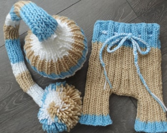 long tuque with big Pompom for photographing newborn baby.