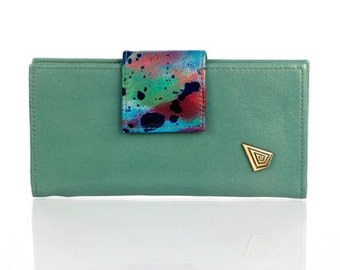 Colorful leather wallet, with magnet closure.