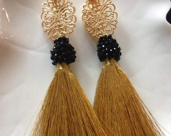 Gold silk earrings with black perls and gold style plate