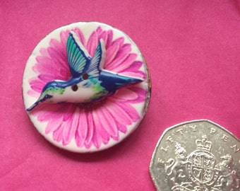 Hummingbird button broach on pink daisy