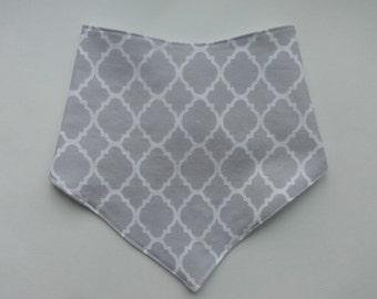 Grey Drool Bib - (34) - Bandana Bib - Grey Baby Bib - Neutral Bibdana - Cotton Baby Bib - Baby Boy Bib - Grey Quatrefoil Bib