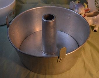 Mirro Aluminum Round Bundt Cake Pan  Retro Vintage Kitchen