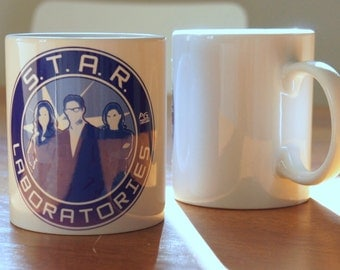 "Mug ""STAR LABS"" - The FLASH / Dr Harrison Wells / Cisco Ramon / Caitlin Snow"