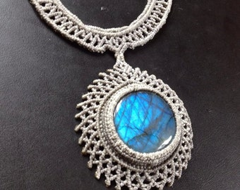 Macramè necklace with blue labradorite.