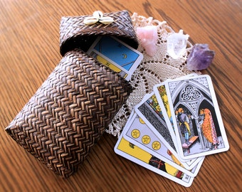 Woven bamboo box for cards with Karimuscheln