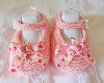 Small baby shoes made entirely handmade pink