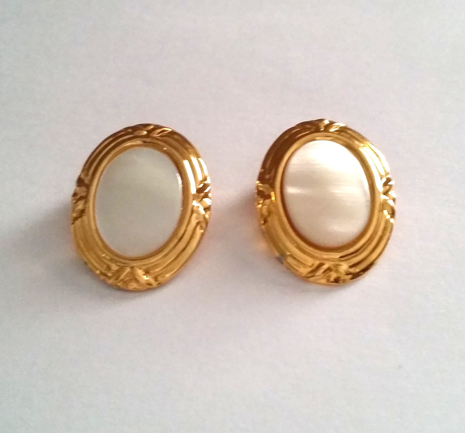 vintage gold tone mother of pearl clip on earrings. Black Bedroom Furniture Sets. Home Design Ideas
