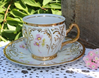 Rucni, Malba: Beautiful hand painted cup and saucer (white, pink and gold)