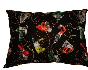 Nice cushion with prints of various tools! For the handyman in your entourage. Black, red, yellow