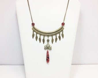 Red and bronze necklace with feathers in metal and pearls of the Peru