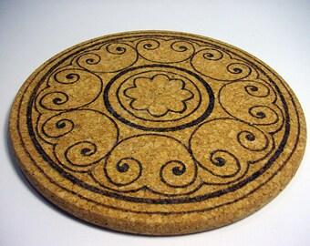 Cork trivets, round pyrography with a circular ornaments - Sottopentola in sughero rotondo pirografato con un ornato
