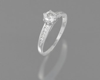 Solitaire engagement ring with diamond