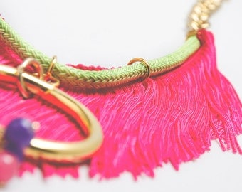 Fringe necklace pink gold ring and balls green lace fosforito and chain of eight.